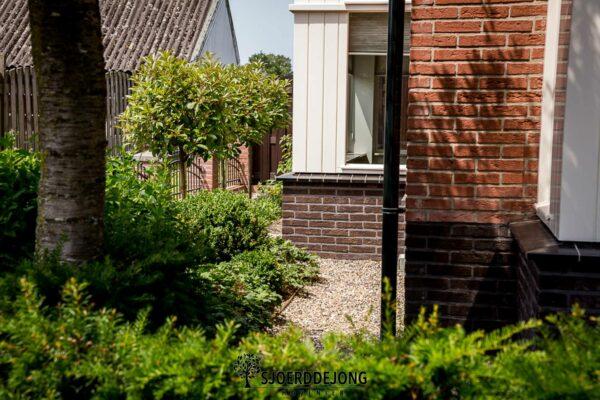 Voortuin-Silvolde-Passend-bij-woning-onderhoudsvriendelijk-Sjoerd-de-Jong-Hovenier-Doetinchem-Achterhoek
